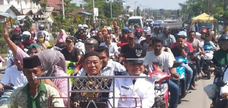 Datok Syariful Alam Diantar Warga Naik Becak ke Lokasi Pelantikan