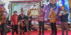 Pemerintah Aceh Terima Serambi Award 2020
