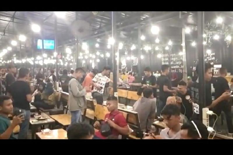 Dengan Pengeras Suara, Polisi: Saya Beri 10 Menit, Pengunjung Kafe Bubarkan Diri
