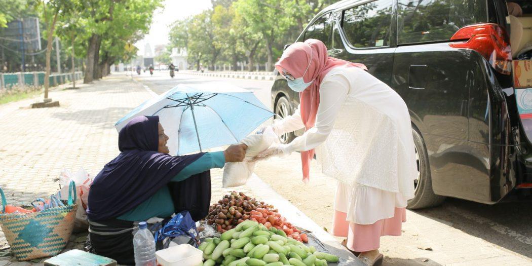 Istri Plt Gubernur Aceh Bagi Paket Sembako untuk Masyarakat Terdampak Virus Corona