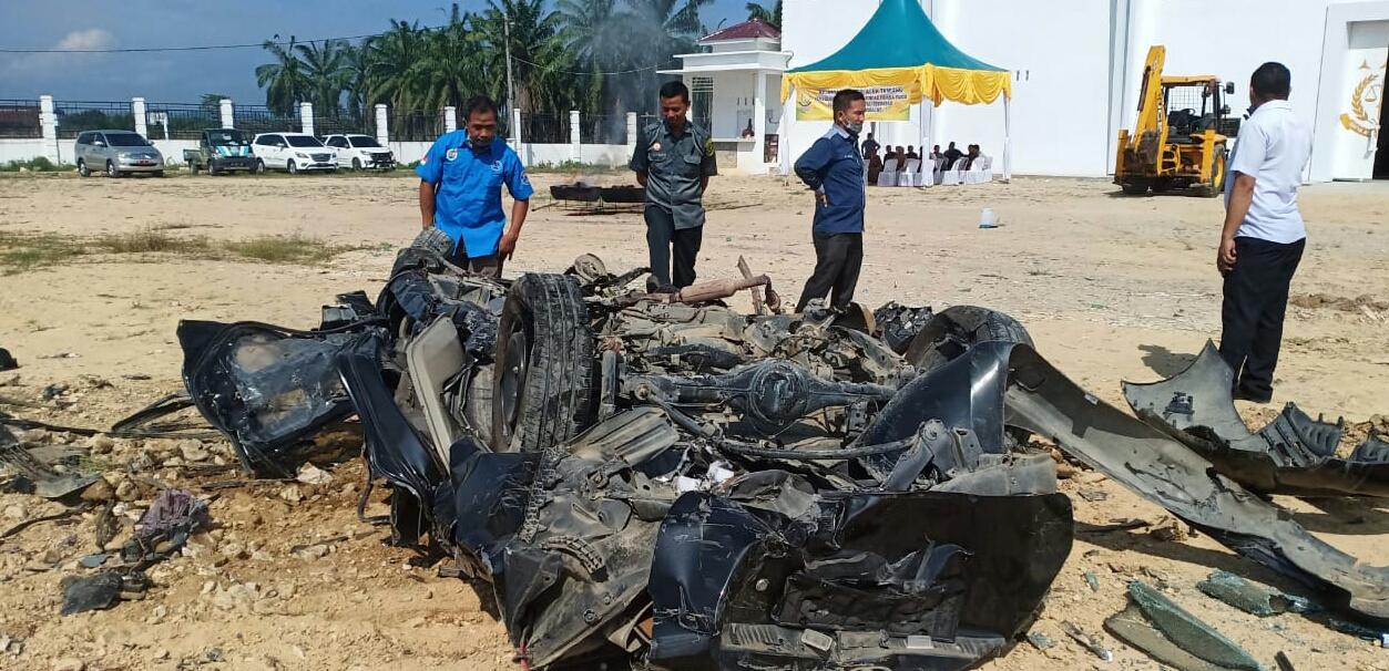 Kejari Atam Musnahkan Satu Unit Mobil Pengedar Nakoba