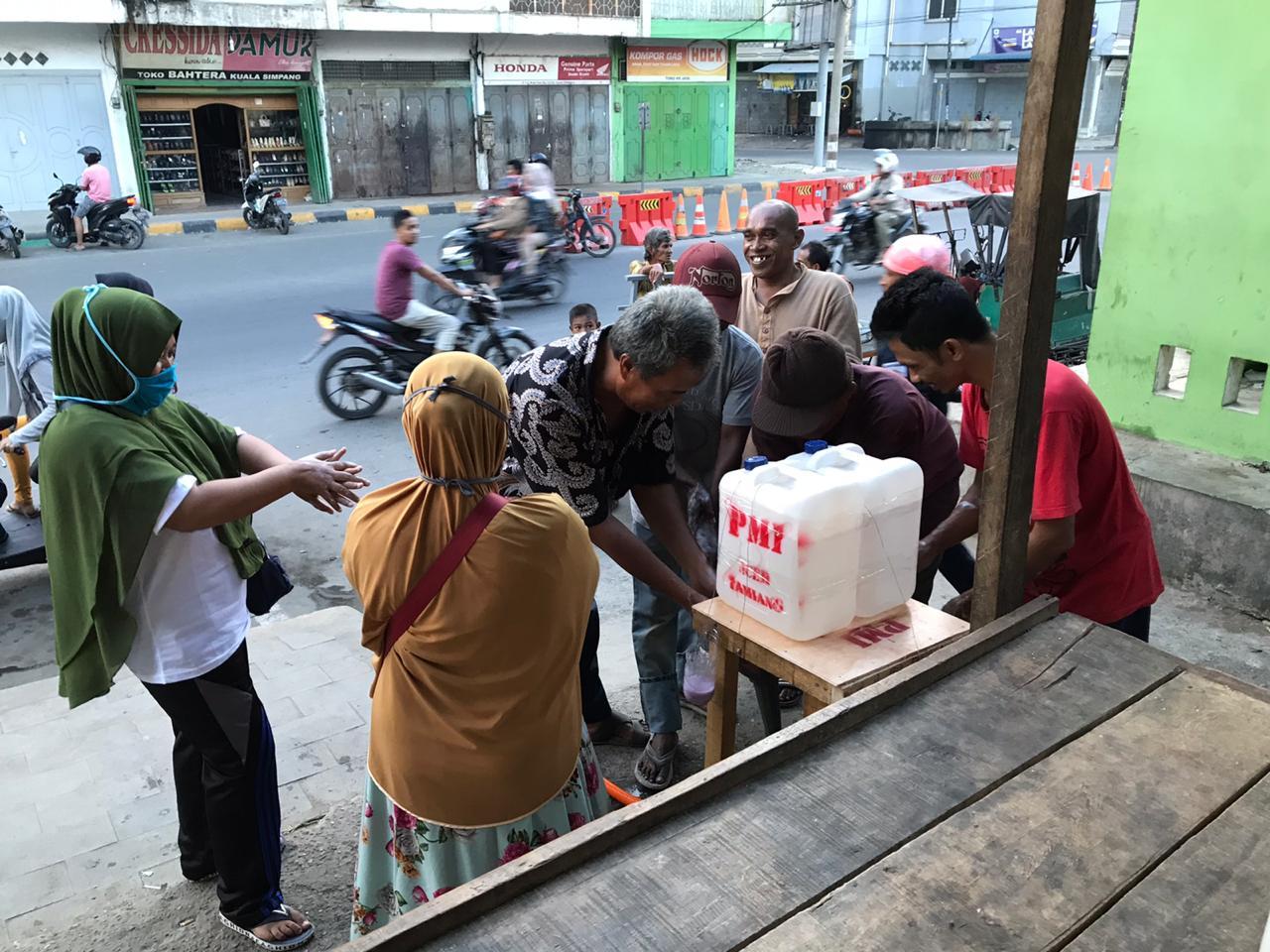 Cegah Corona, PMI Aceh Tamiang Sediakan Tempat Cuci Tangan di Pajak dan Masjid
