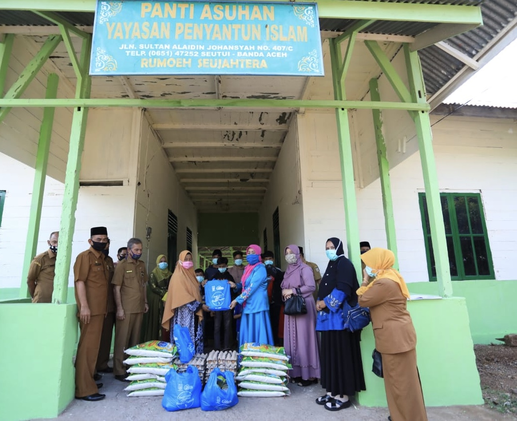 Ketua Penggerak PKK Banda Aceh Salurkan Bantuan Sembako ke Sejumlah Panti Asuhan