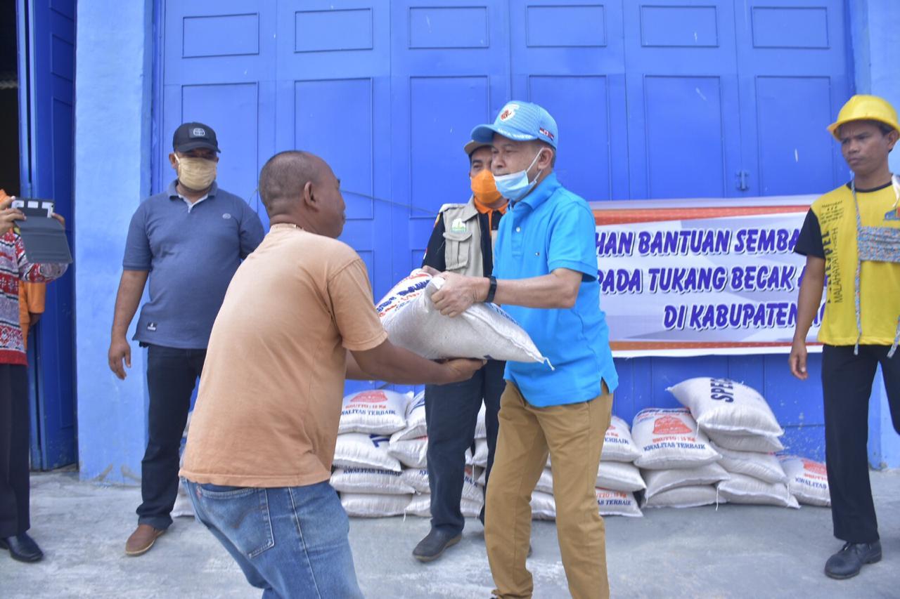 Bupati Aceh Tamiang Salurkan Bantuan untuk Tukang Becak