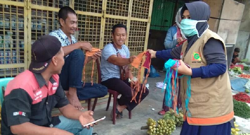 Cegah Corona, Gebetan Bagi Masker Kain untuk Pedagang di Pasar