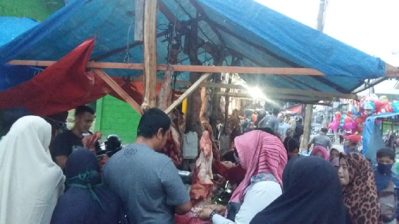 Penjual Daging dan Pembeli di Pajak Bawah Aceh Tamiang Abaikan Protokol Kesehatan