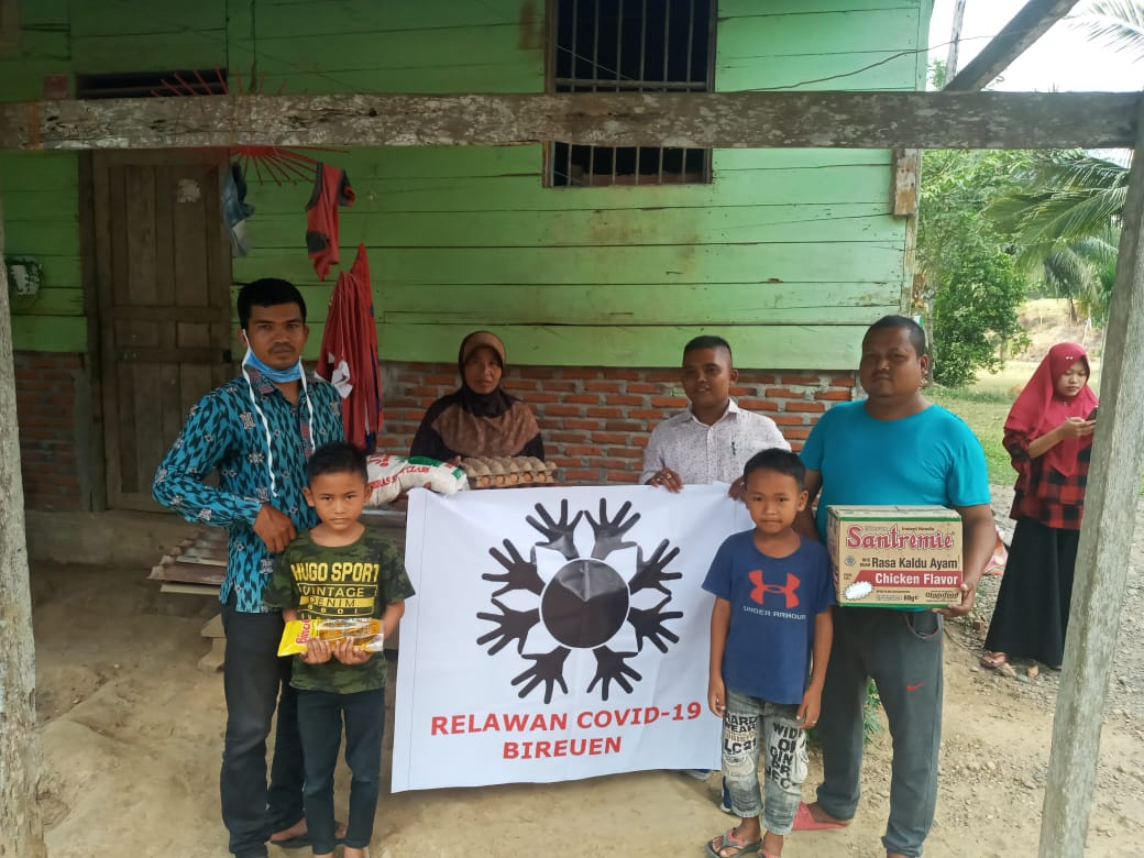 Relawan Covid-19 Bireuen Salurkan Bantuan Sembako