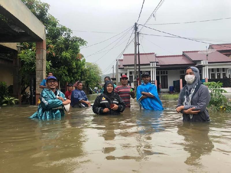 Darwati A Gani Evakuasi Korban Banjir di Keutapang Aceh Besar