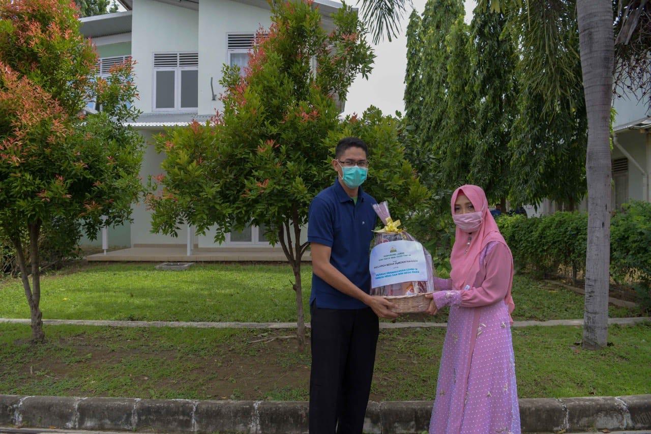 Pejabat Struktural Pemerintah Aceh Serahkan Bingkisan Lebaran untuk Petugas Medis Covid-19