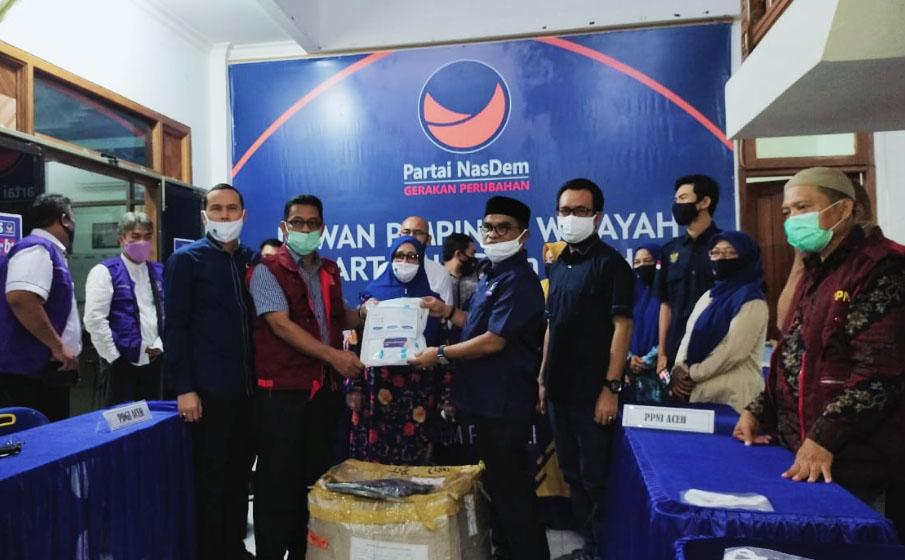 Bantu Tenaga Medis, NasDem Aceh Serahkan Bantuan 150 APD dan 28 Ribu Masker