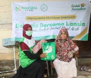 Yakesma Aceh Salurkan Paket Mukena dan Sarung untuk Lansia