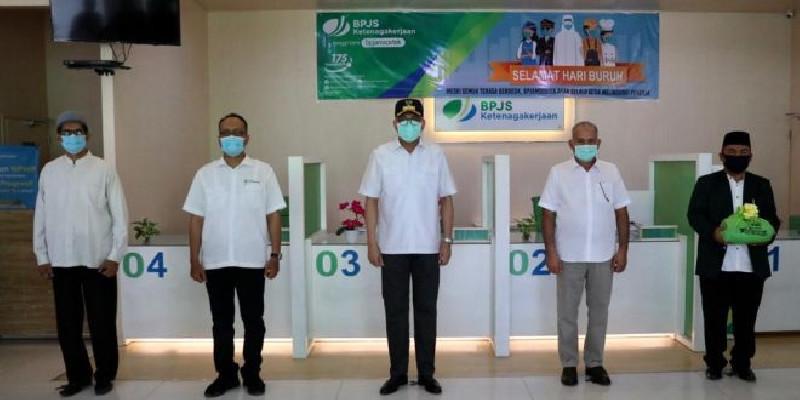 Plt Gubernur Serahkan Bantuan BPJS Ketenagakerjaan untuk Pekerja Terdampak Covid-19