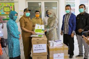 Dyah Serahkan APD untuk RSUD Teuku Umar Aceh Jaya