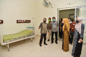 Dyah Serahkan APD untuk RSUD dr Zubir Mahmud