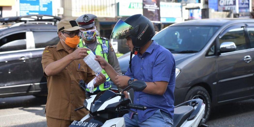 Pejabat Pemerintah Aceh Bagikan Masker Kepada Pengguna Jalan