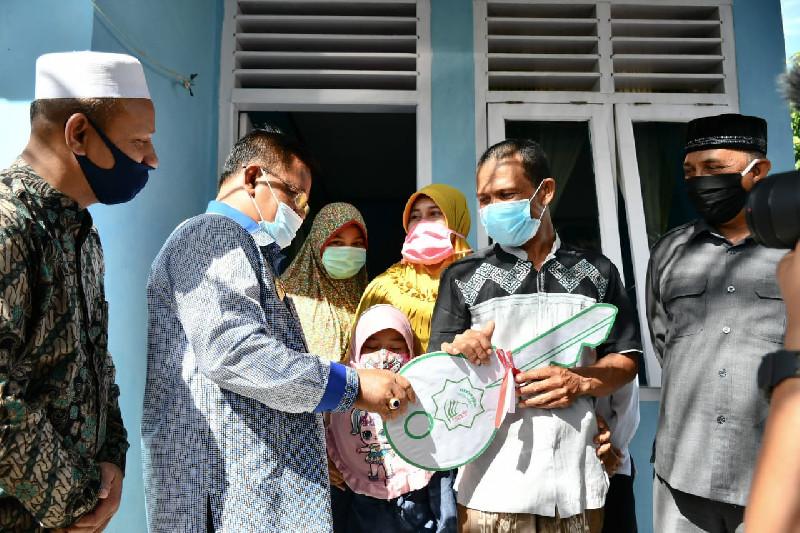 Aminullah Serahkan Tiga Rumah Bantuan bagi Dhuafa