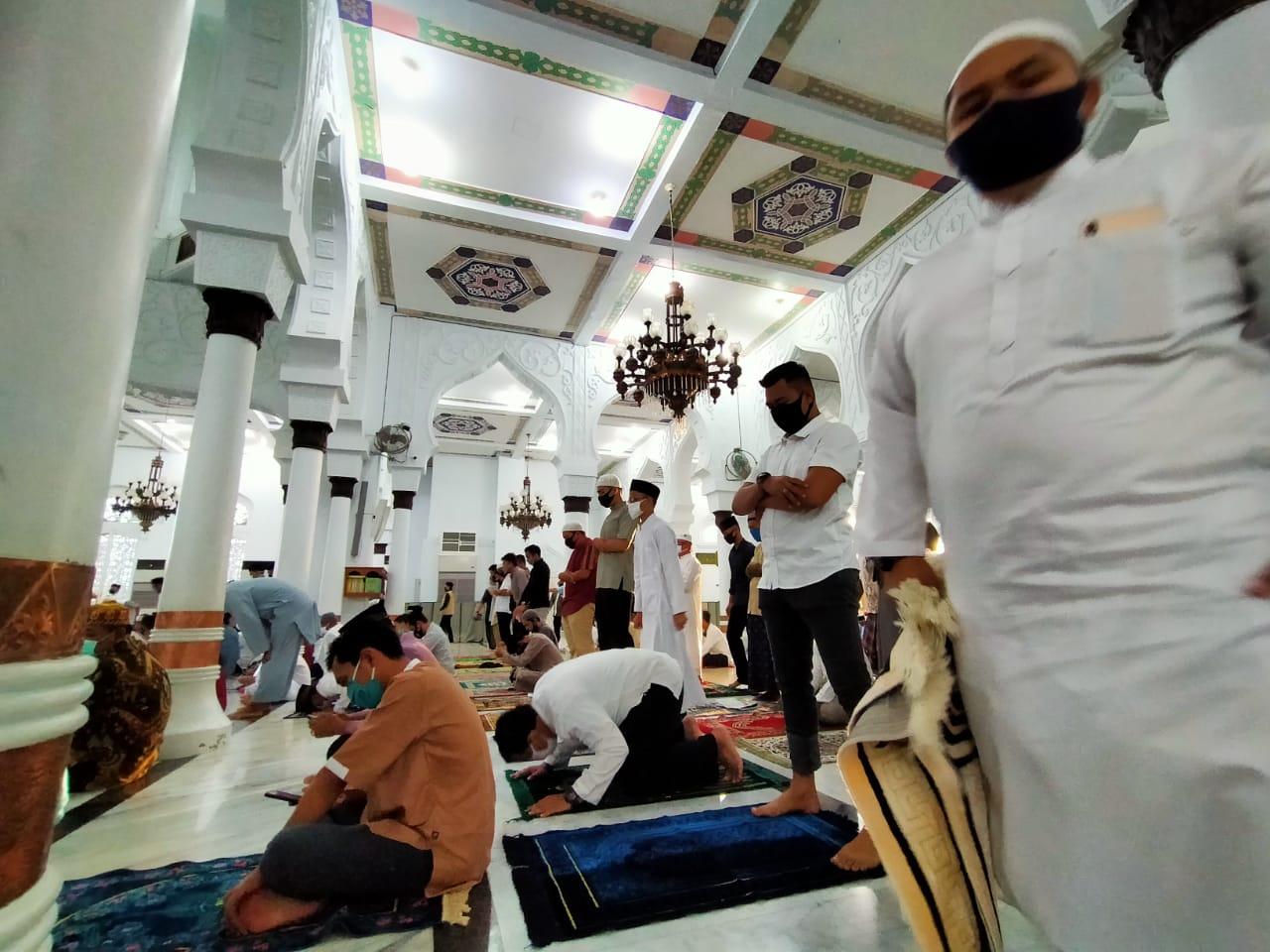Hindari Penyebaran Corona, Jemaah Salat Idul Adha Masjid Raya Baiturrahman Dibagi Masker