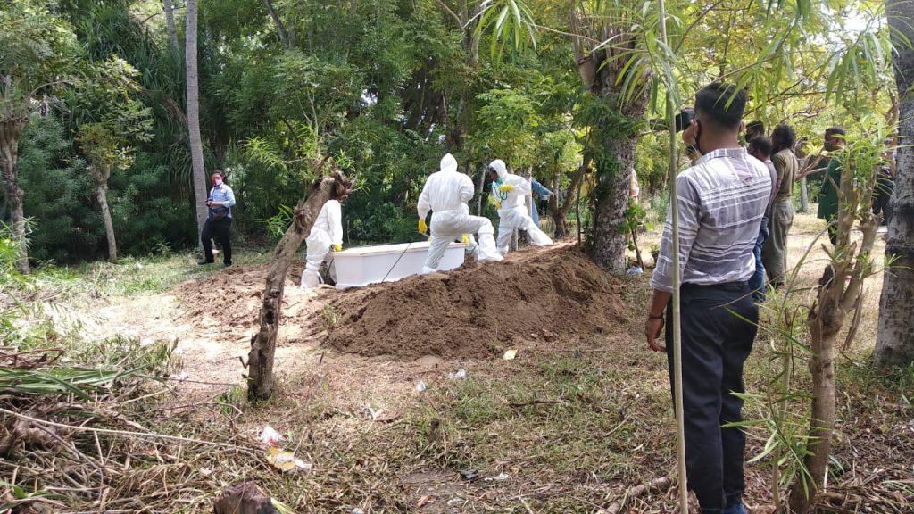 Polisi Kawal Pemakaman Jenazah Pasien Covid-19 di Gampong Neuhen
