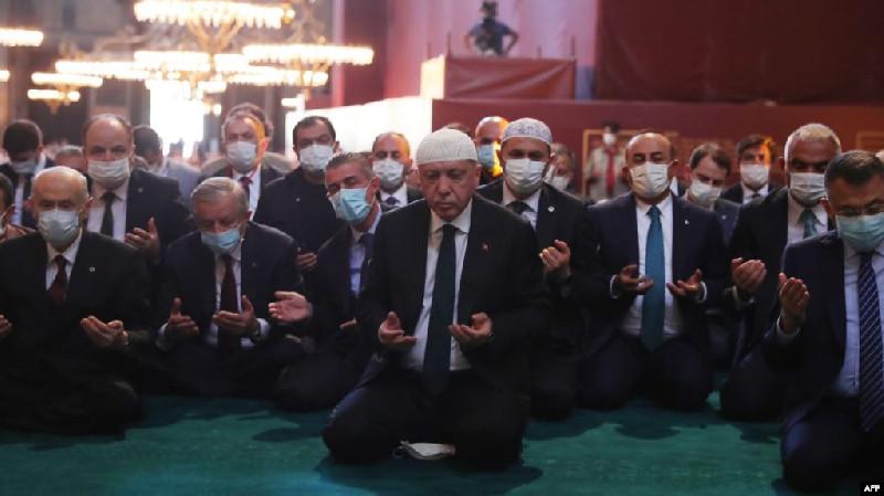 Ratusan Orang Shalat Shubuh Pertama di Hagia Sophia