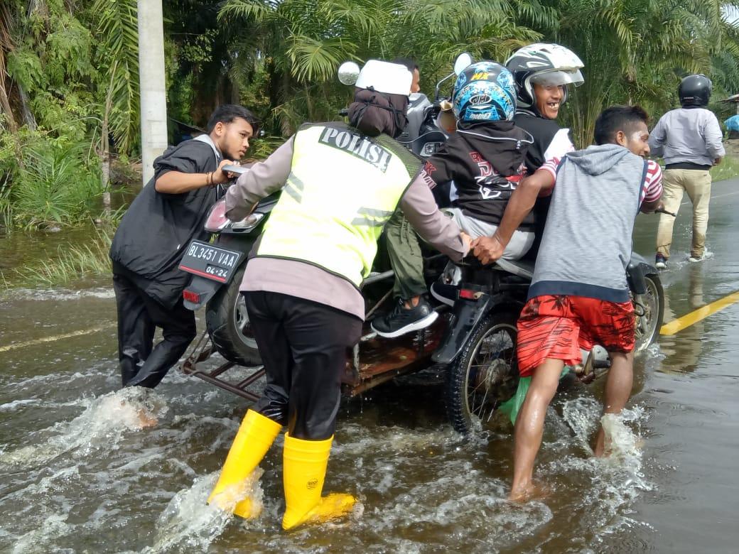 Banjir, Polisi Bantu Pengguna Jalan Lintasi Calang- Meulaboh