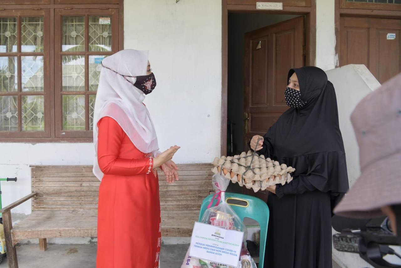 Jelang Idul Adha, Dyah Antar Bingkisan ke Petugas Medis