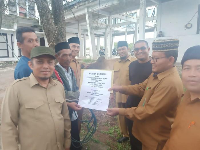 Kemenag Aceh Serahkan 1 Hewan Qurban untuk Gampong Rabo Pulau Aceh