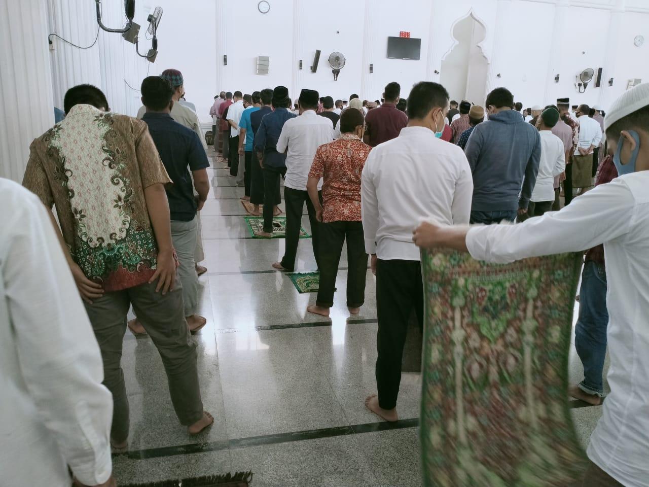 Jamaah Jum'at Masjid Jamik Kopelma Lakukan Social Distancing