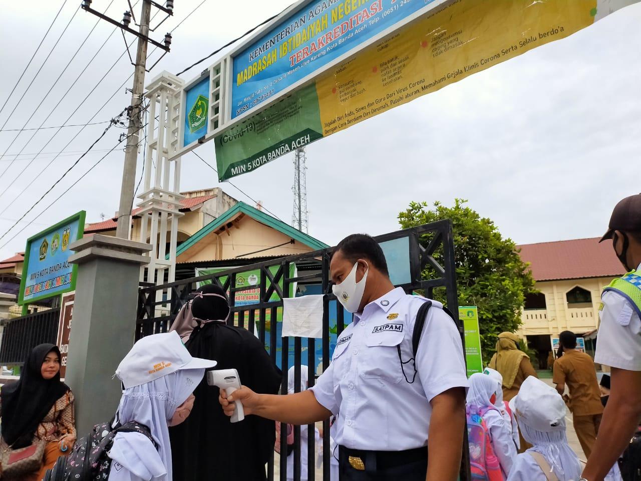 Hari Pertama Sekolah, Siswa MIN 5 Ulee Kareng Dicek Suhu Tubuh dan Wajib Pakai Masker