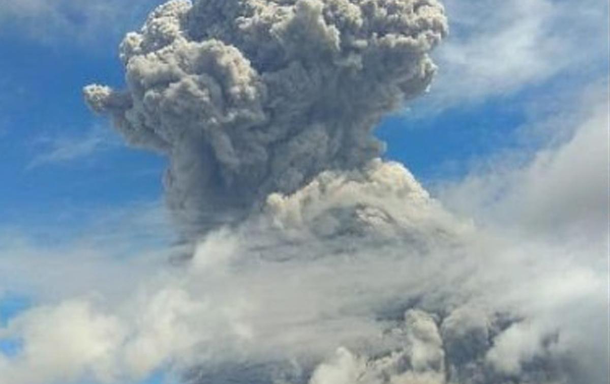 Gunung Sinabung Semburkan Abu Vulkanik Kembali