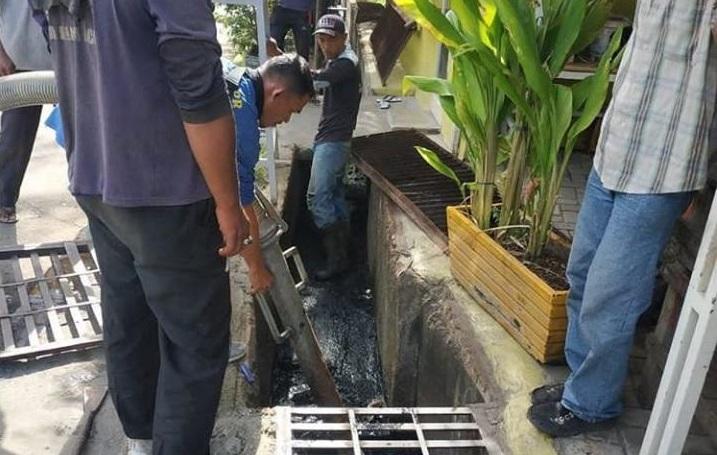 Dinas PUPR Banda Aceh Lakukan Penyedotan Lumpur Di Rusunawa