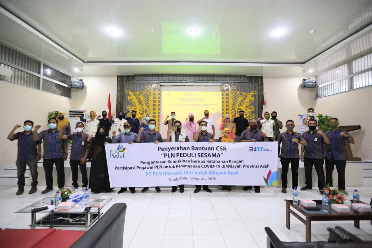 PLN Unit Induk Aceh Serahkan 200 Paket Sembako untuk Dua Kecamatan di Aceh Besar