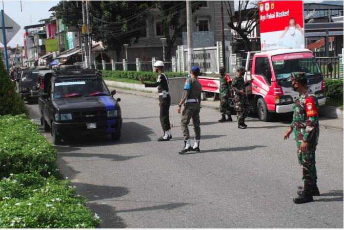 Petugas Gabungan Razia Protokol Kesehatan di Jalan Lintas Kutacane-Medan