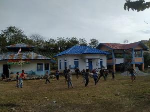 Berolahraga Bersama cara  Satgas TMMD Aceh Tengah Jalin Kebersamaan dengan Masyarakat