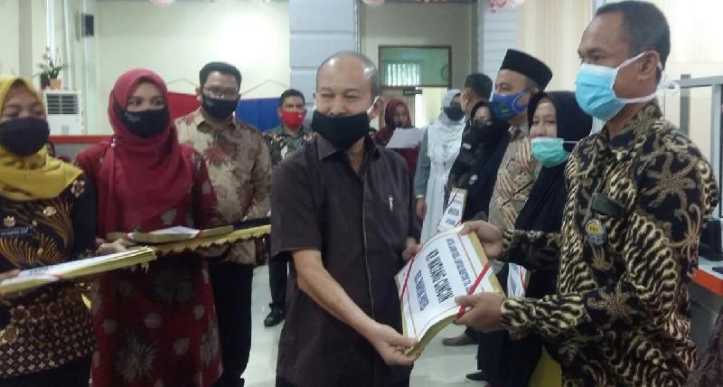 Bupati Aceh Tamiang Serahkan 7181 Akta Kelahiran