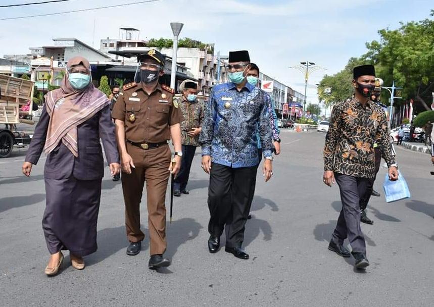 Turun ke Jalan, Bupati Bireuen Bagikan Masker Gratis  kepada Masyarakat