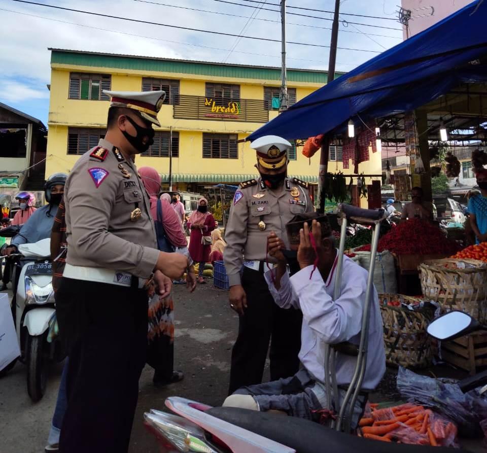 Kesadaran Masyarakat Rendah, Dirlantas  Polda Aceh Kembali Bagi Masker