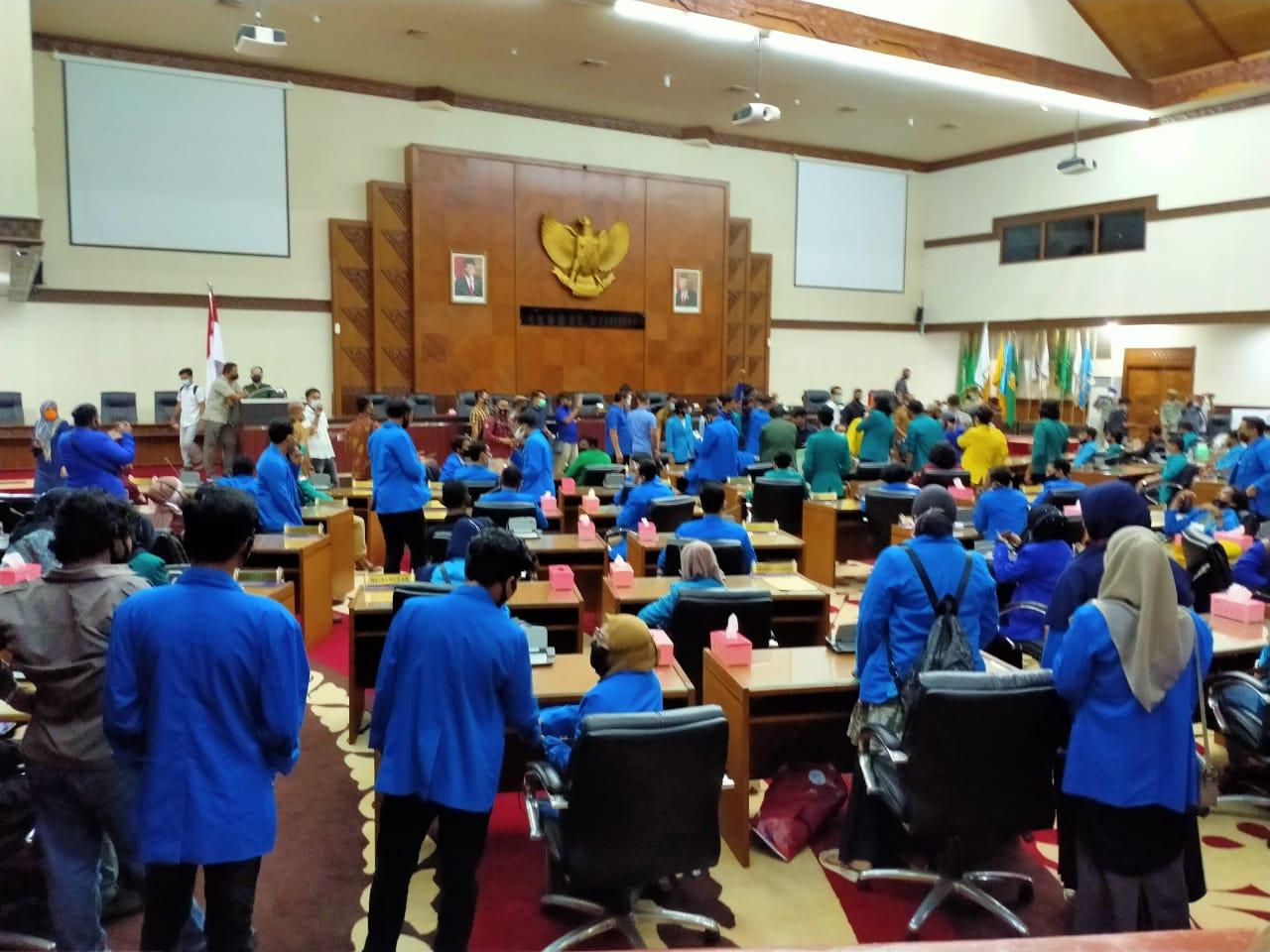 Tak Ada yang Temui Mahasiswa, Demonstran Duduki Ruang Paripurna DPRA