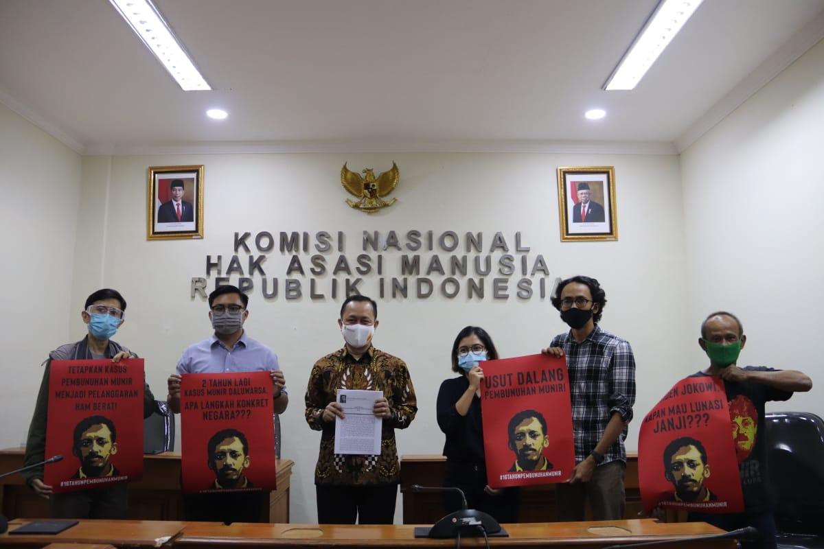 Aktivis Serahkan Legal Opinion Pelanggaran HAM Berat Kasus Munir Ke Komnas HAM