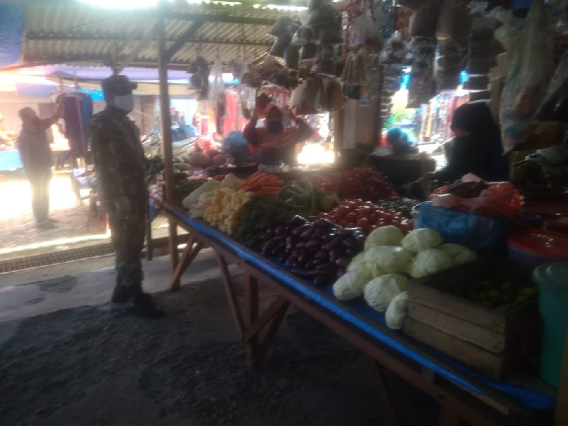 Pengecekan Sembako, Babinsa Koramil 02/Suka Makmur Juga Ingatkan Pedagang Patuhi 3M