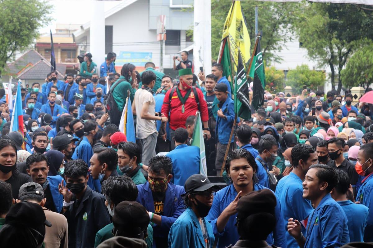 Ratusan Pendemo Berkumpul di Halaman Geudng DPR Aceh