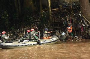 Kopassus Gelar Bersih-Bersih Ciliwung dan Bagikan Paket Sembako