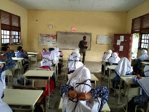 Babinsa Koramil 01/Seulimeum Sosialisai Prokes di Sekolah