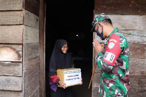 Dandim Aceh Tengah Serahkan Bantuan Sembako Untuk Warga Di Lokasi TMMD