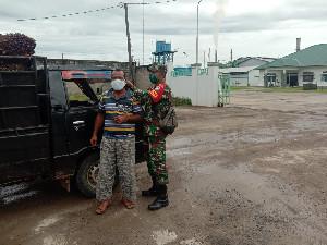 Babinsa di Aceh Jaya Cegah Penyebaran Covid-19, Bagikan Makser Ke Sopir