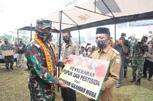 Pangdam IM Serahkan Bantuan Pupuk dan Pestisida ke Petani Simeulue