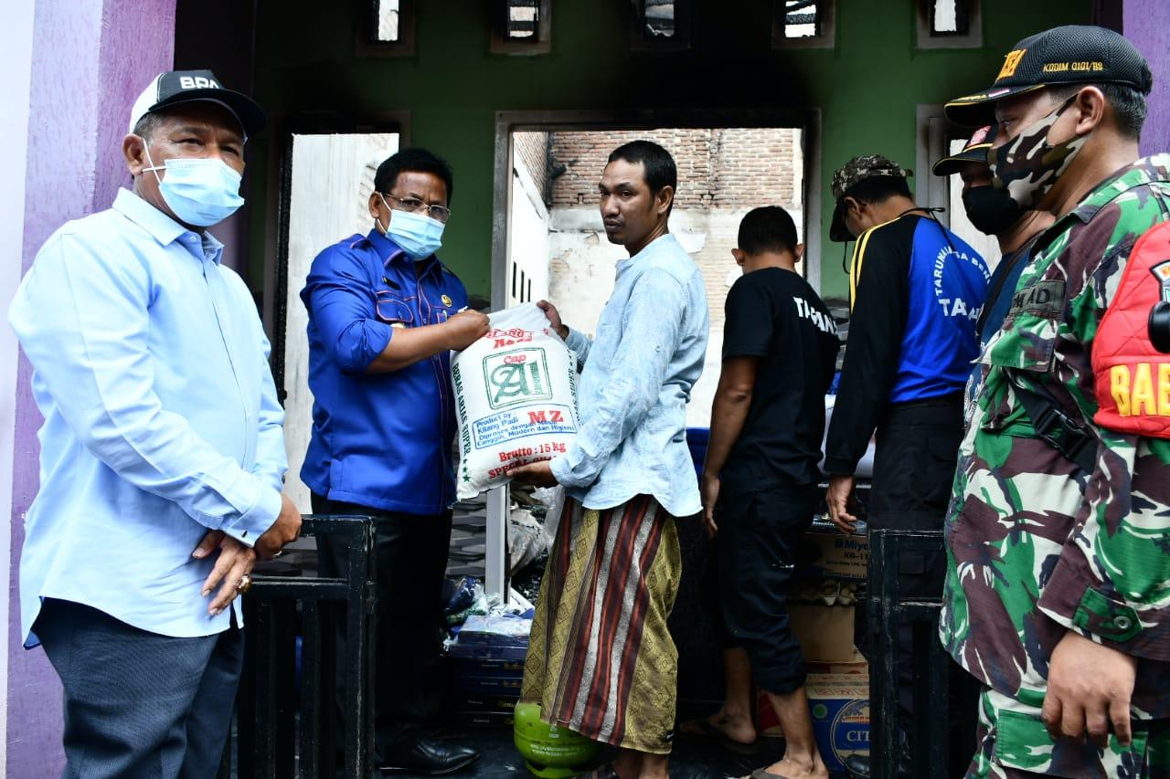 Wali Kota Banda Aceh Serahkan Bantuan untuk Korban Kebakaran Gampong Geuceu Kayee Jato