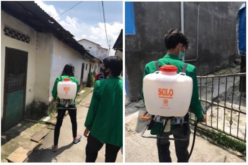 Mahasiswa KKN Unimal Lakukan Penyemprotan Disinfektan di Lingkungan Rumah Warga