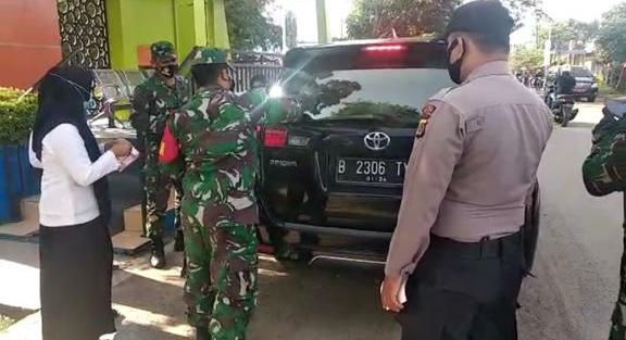 Sosialisasi Protokol Kesehatan, Personel Polsek Krueng Barona Jaya Bersama Muspika Pasang  Stiker Ayo Pakai Masker