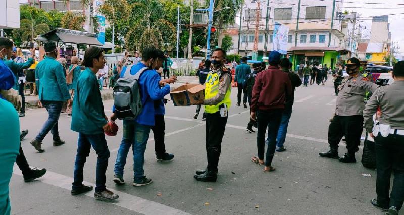 Anggota Lantas Polres Bireuen Bagikan Air Mineral untuk Pendemo