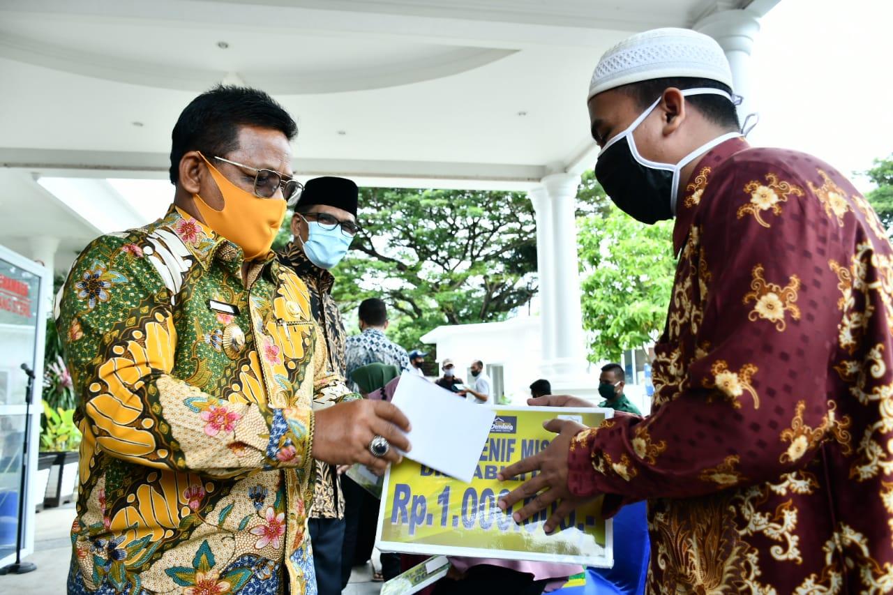 Wali Kota Banda Aceh Aminullah Usman Serahkan Zakat kepada 8.213 Fakir